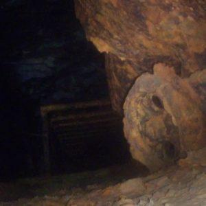 Wózek w korytarzu podziemi Kamiennej Góry w Lubaniu