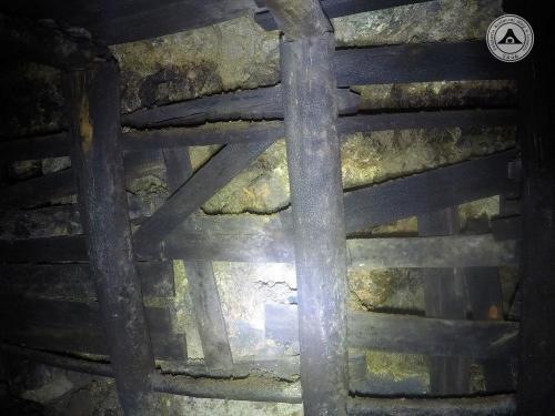 Przeciwległy ocios w obudowie drewnianej, w tym miejscu sztolnia ma jeszcze wymiary 2 m na 2 m. Kilka metrów dalej przechodzi w bazalt i ma 3 m na 3 m.