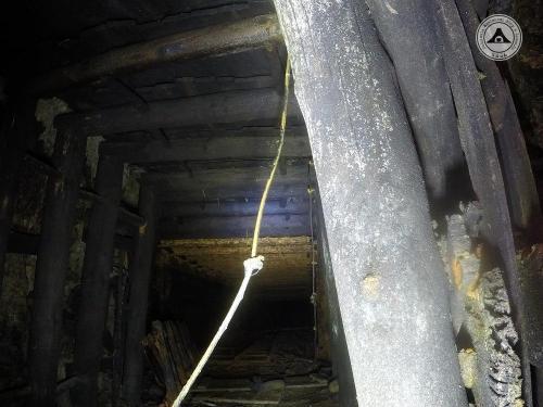 Dobrze widoczne przejście stropu w obudowie drewnianej w strop w obudowie stalowej, zbrojenie przygotowano pod zalanie betonem. Ociosy są już skończone, wskazuje to na fakt, iż zakończono prace górnicze i prowadzono budowlane wewnątrz obiektu. To dobra informacja na przyszłość.
