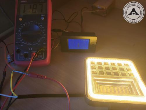 Tryb pracy awaryjnej zestawu w świetle pomarańczowym. W takim trybie, akumulator wytrzyma około 48 godzin. Moc lampy 500-600 lumen.Na zdjęciu akumulator testowy